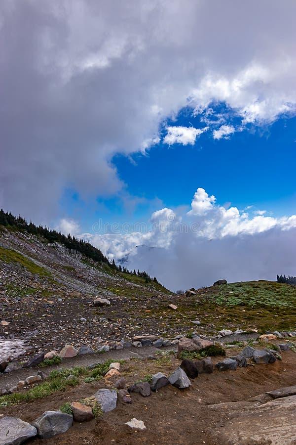 fuga com a paisagem áspera da montanha com nuvens foto de stock royalty free