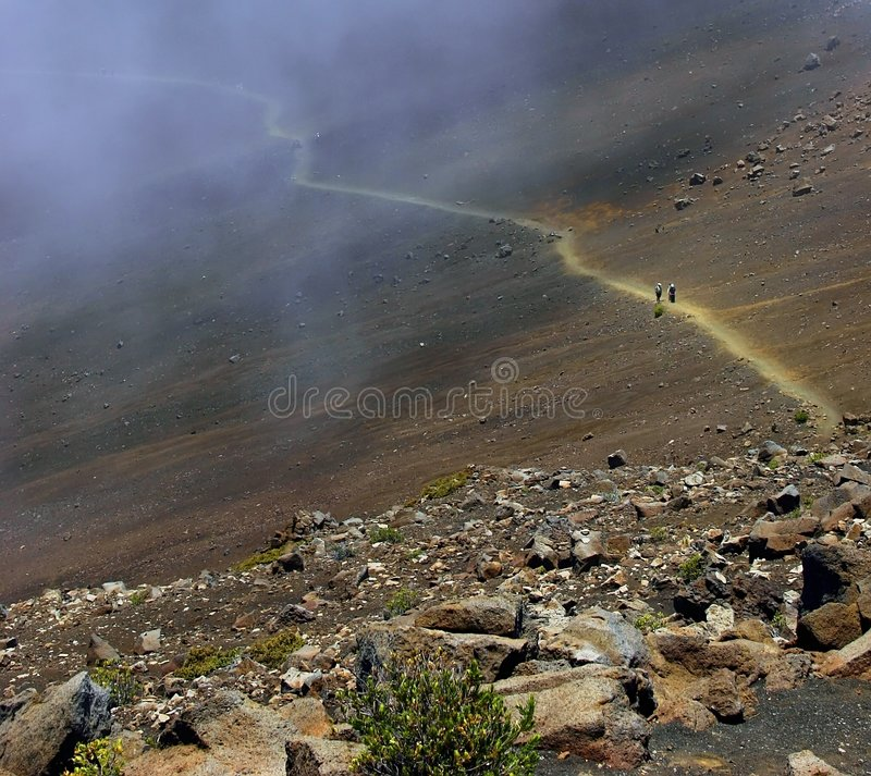 A fuga da cratera do enrolamento do vulcão de Haleakala, Havaí imagens de stock