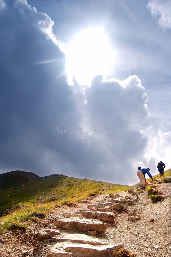 Fuga de caminhada das montanhas imagem de stock