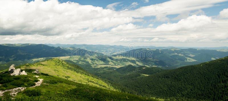 Fuga de caminhada em um panorama do cume da montanha fotos de stock royalty free