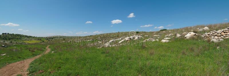 Fuga de caminhada entre a paisagem mediterrânea   fotos de stock