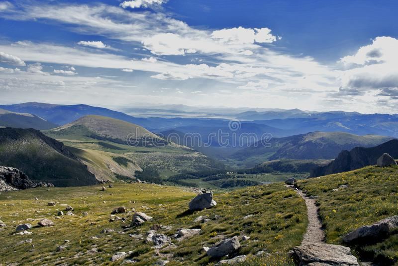 Fuga de caminhada no Mt evans foto de stock royalty free