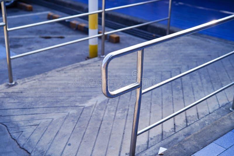 A fuga de constru??o da entrada com a rampa para a pessoa idosa velha ou n?o pode cadeira de rodas da pessoa deficiente dos povos fotos de stock royalty free