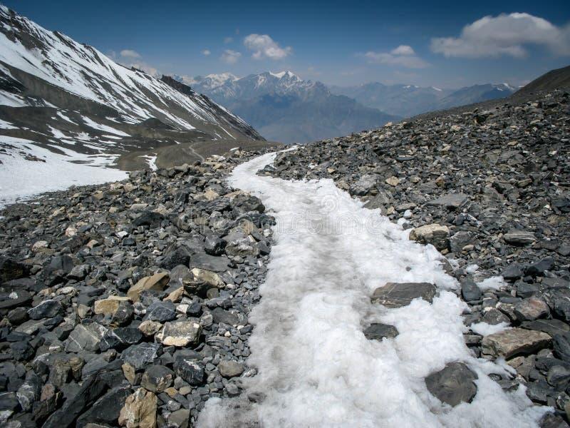 Fuga de enrolamento através da passagem do La de Thorong em Nepal imagens de stock royalty free