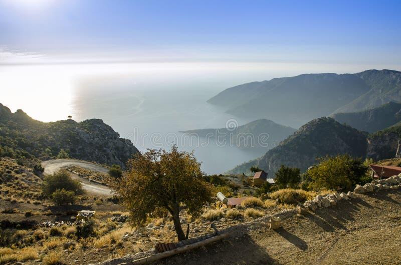Fuga de Lycian, Turquia, vista da estrada à praia com as baías excelentes, incomuns imagem de stock