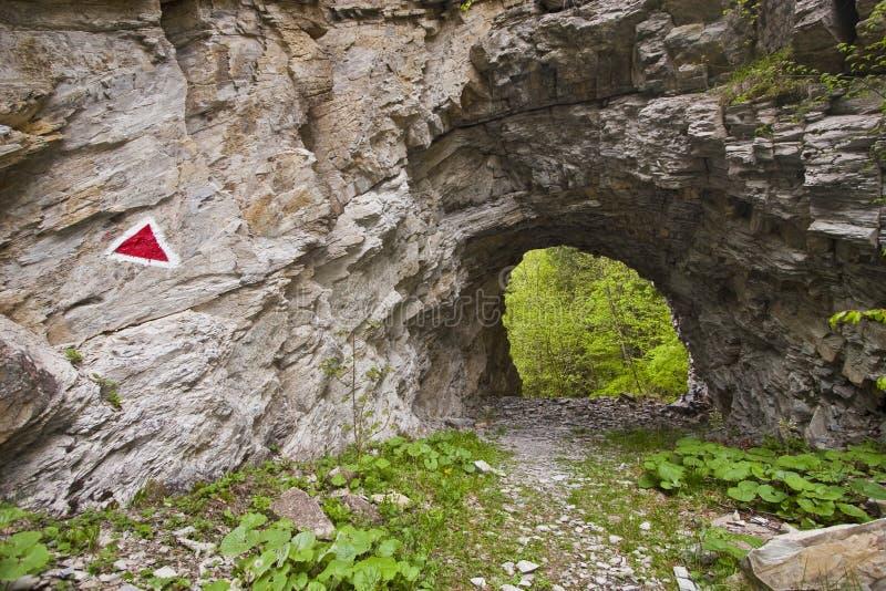 Fuga de montanha através do túnel imagens de stock