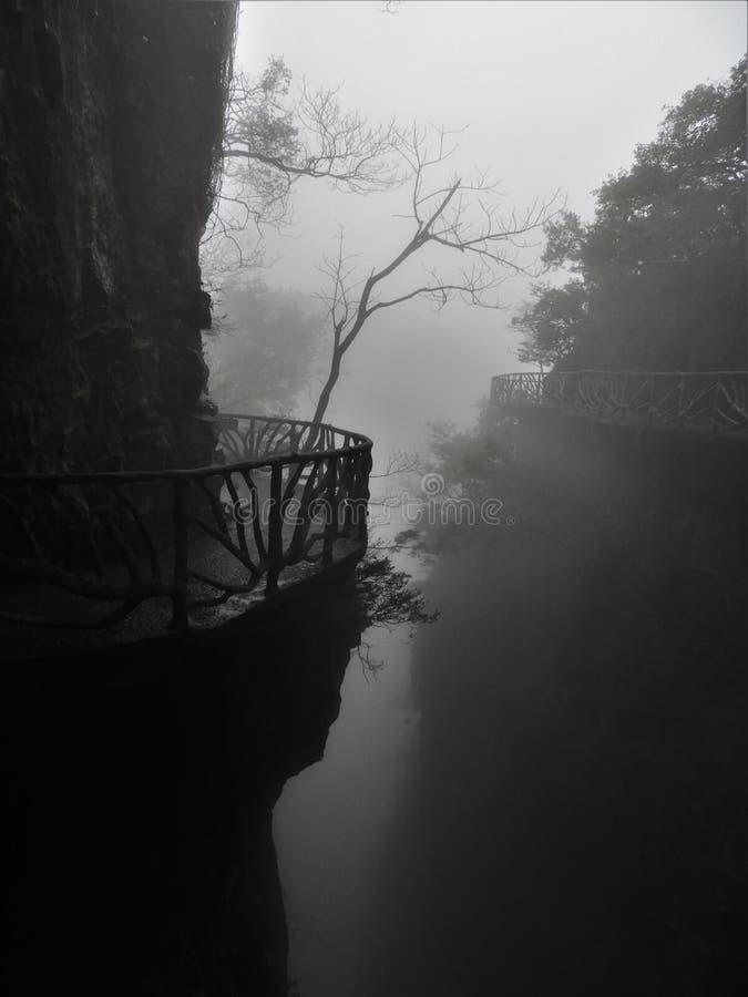Fuga de montanha delével de Tianmen na névoa imagem de stock royalty free