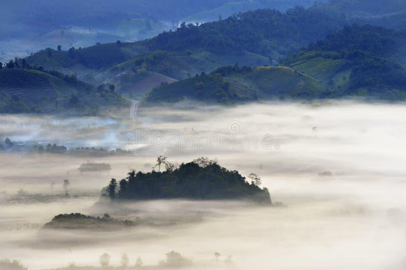 Fuga de montanha na névoa imagens de stock