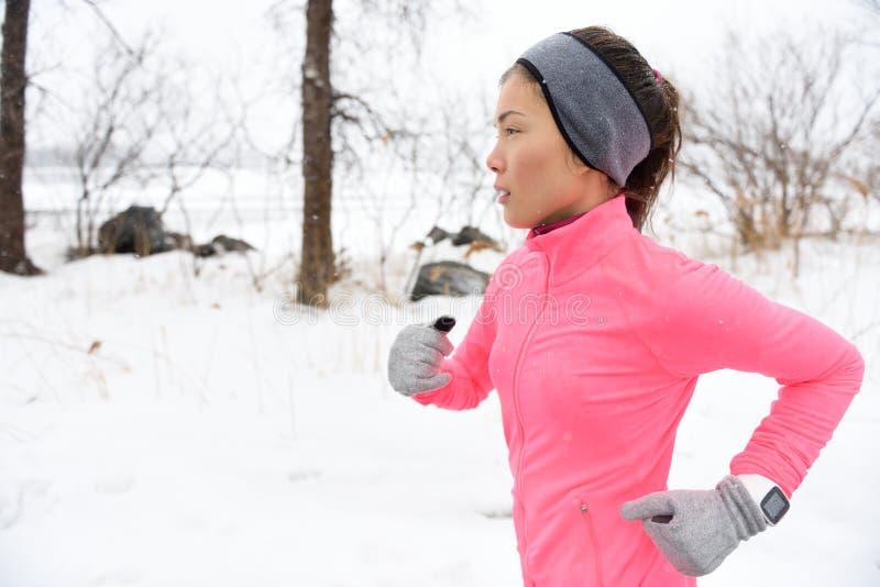 Fuga do corredor que corre na neve fria do inverno foto de stock royalty free