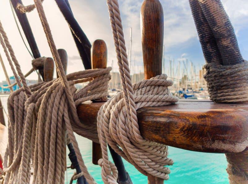 Fuga do pinho com equipamento de corrida fixo Um navio de navigação velho foto de stock