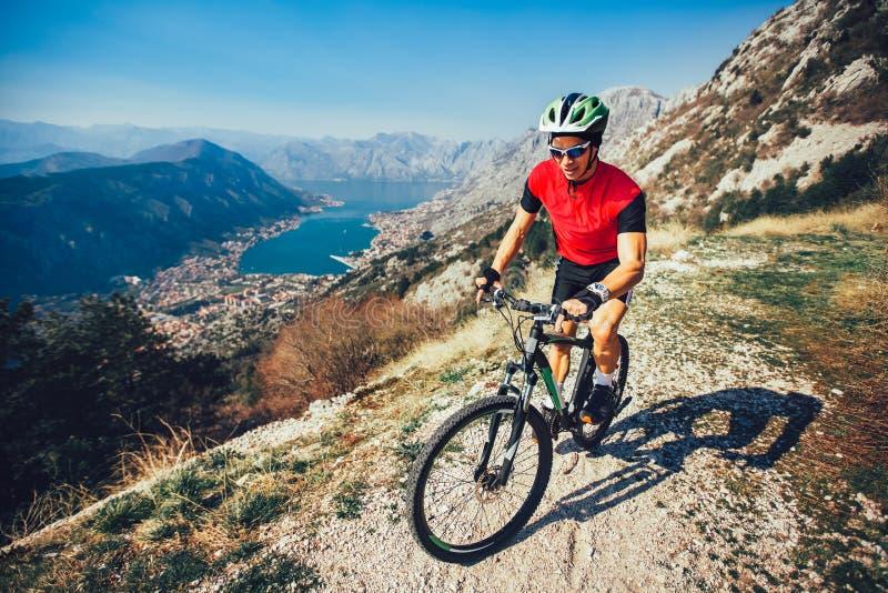 Fuga extrema do estilo de vida do ar livre da equitação do homem do esporte do Mountain bike imagem de stock royalty free