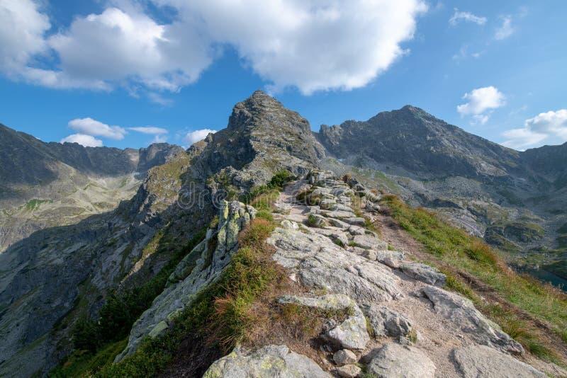Fuga perigosa no Ridge das montanhas imagens de stock