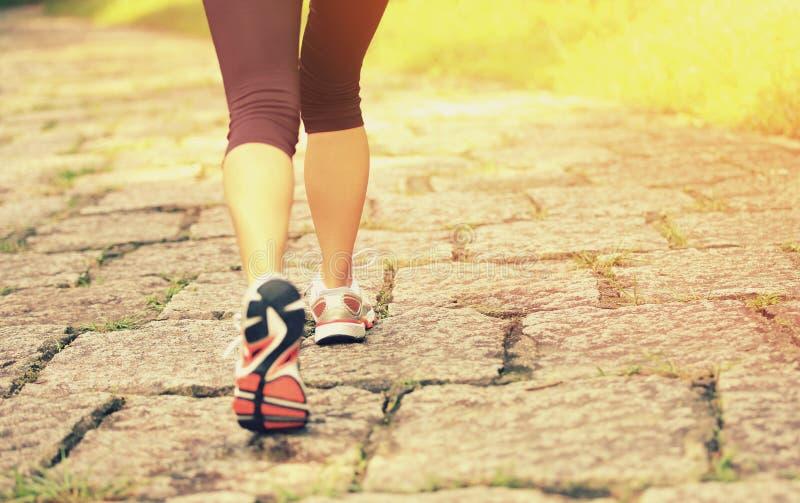 Fuga rural de passeio dos pés do caminhante da jovem mulher fotografia de stock royalty free