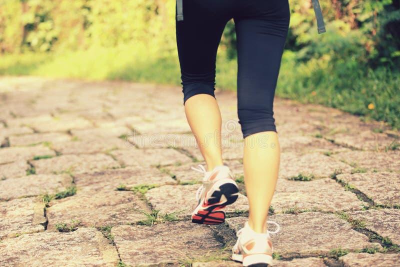 Fuga rural de passeio dos pés do caminhante da jovem mulher fotos de stock royalty free