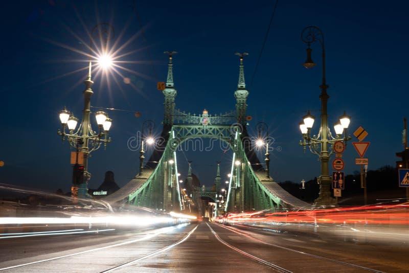 Fugas claras dos carros da ponte da liberdade da ponte de Budapest fotos de stock