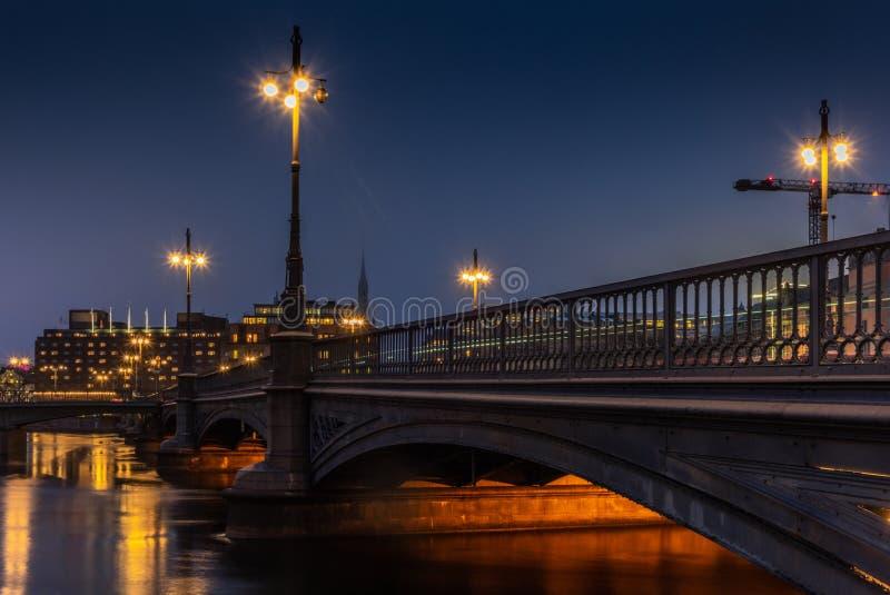 Fugas claras na ponte de Vasabron em Éstocolmo na noite - 2 fotografia de stock