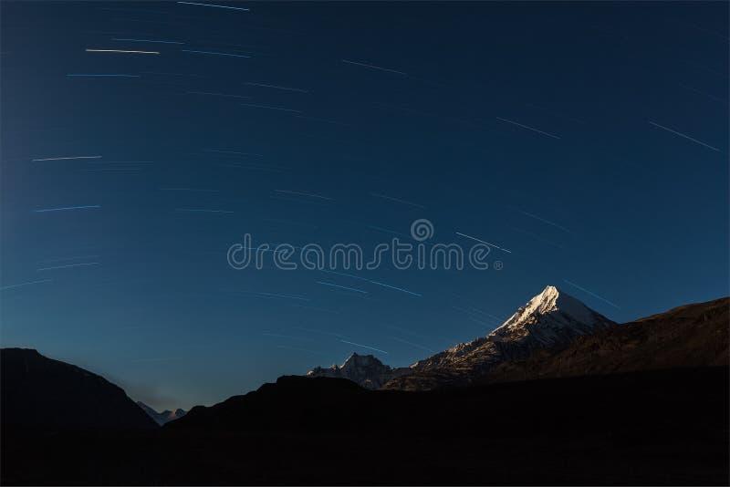 Fugas da estrela acima das montanhas dos Himalayas. fotos de stock royalty free