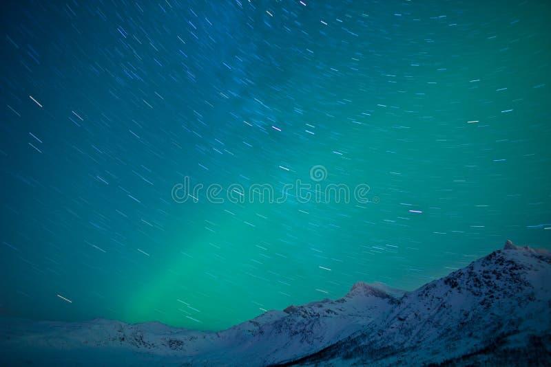 Fugas da estrela e luzes do norte imagens de stock