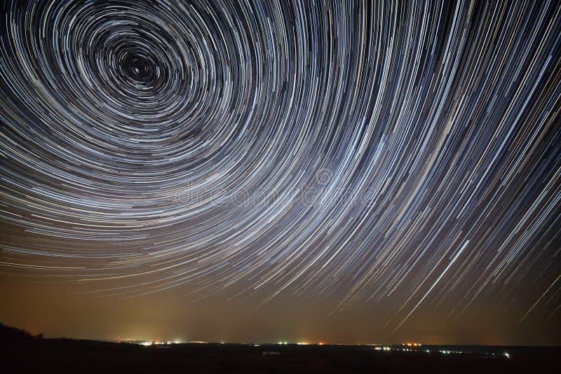 Fugas da estrela no céu nocturno Uma ideia do espaço estrelado foto de stock