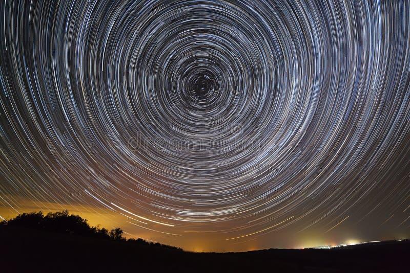 Fugas da estrela no céu nocturno Uma ideia do espaço estrelado imagens de stock royalty free