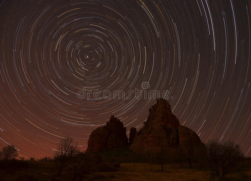 Fugas da estrela sobre as rochas foto de stock