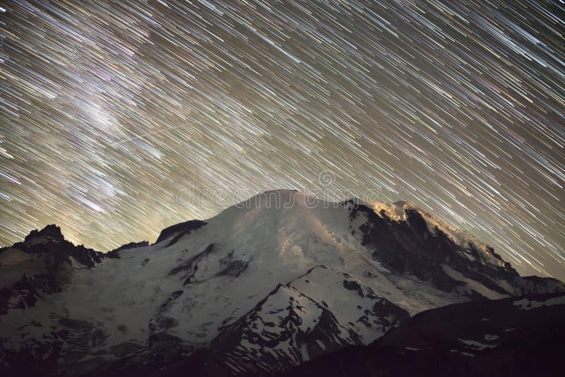 Fugas da estrela sobre a montagem Rainier Peak imagem de stock