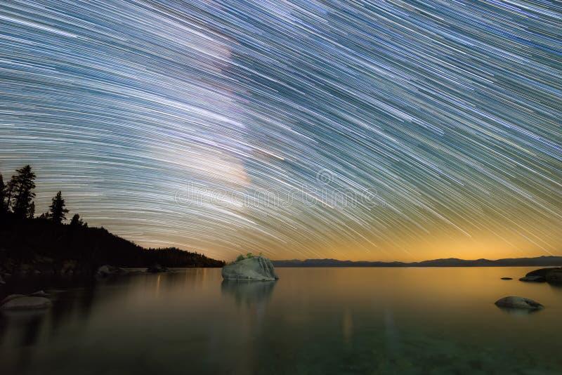 Fugas da estrela da Via Látea sobre a rocha dos bonsais em Lake Tahoe imagem de stock