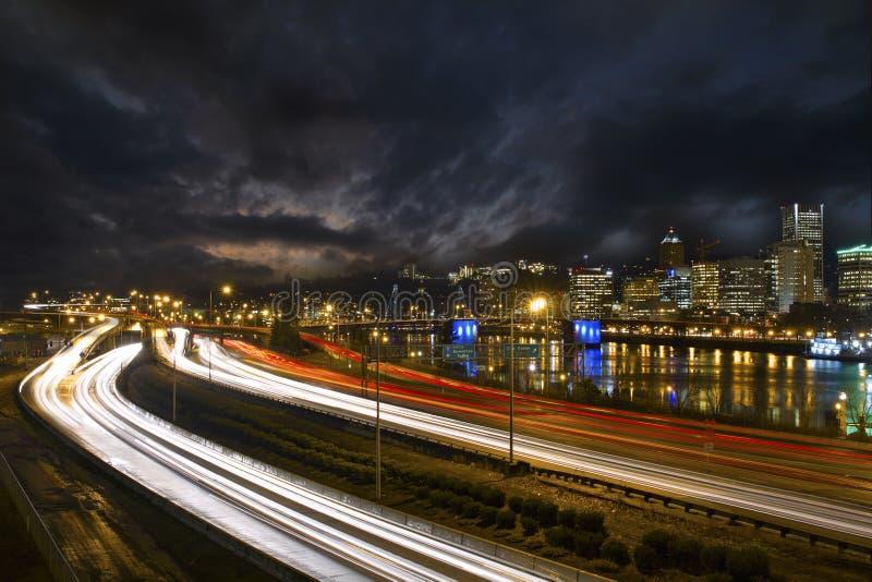 Fugas da luz da autoestrada em Portland da baixa Oregon 2 foto de stock