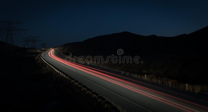 Fugas da luz dos carros moventes rápidos fotos de stock