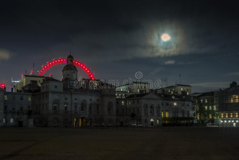 Fugas da luz e a Lua cheia em Londres na noite -3 foto de stock royalty free