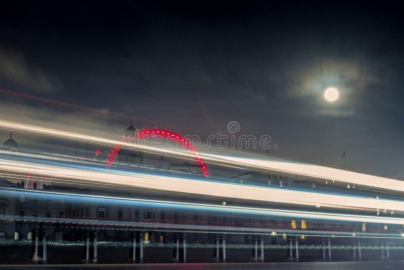 Fugas da luz e a lua em Londres na noite -2 foto de stock royalty free