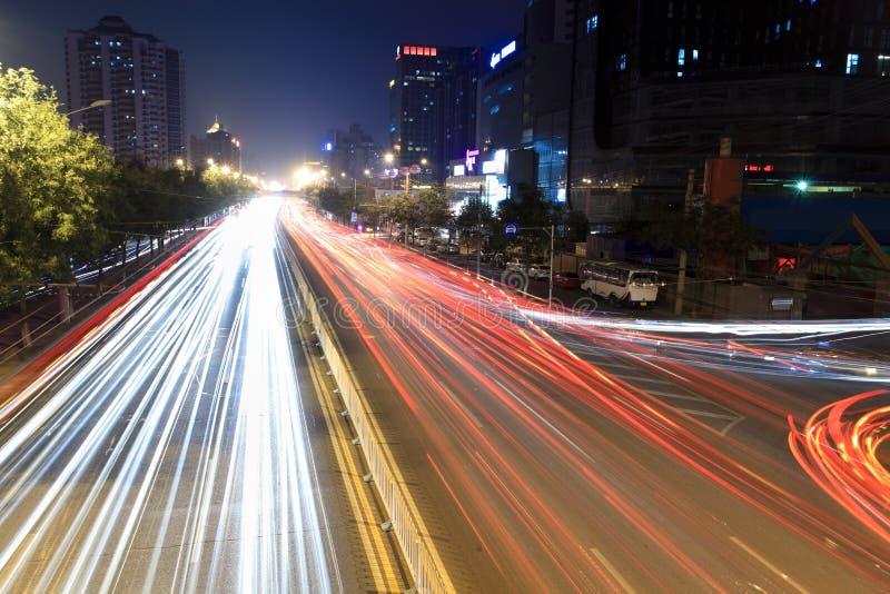 Fugas da luz no tráfego das horas de ponta na noite imagens de stock royalty free