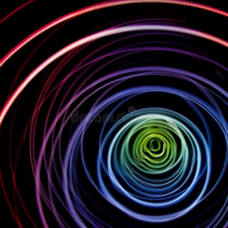 Fugas de luz abstratas coloridas Pontos, linhas e bokeh no fundo escuro fotografia de stock