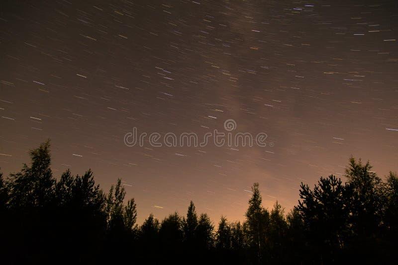 Fugas do céu noturno e da estrela em Finlandia fotos de stock royalty free