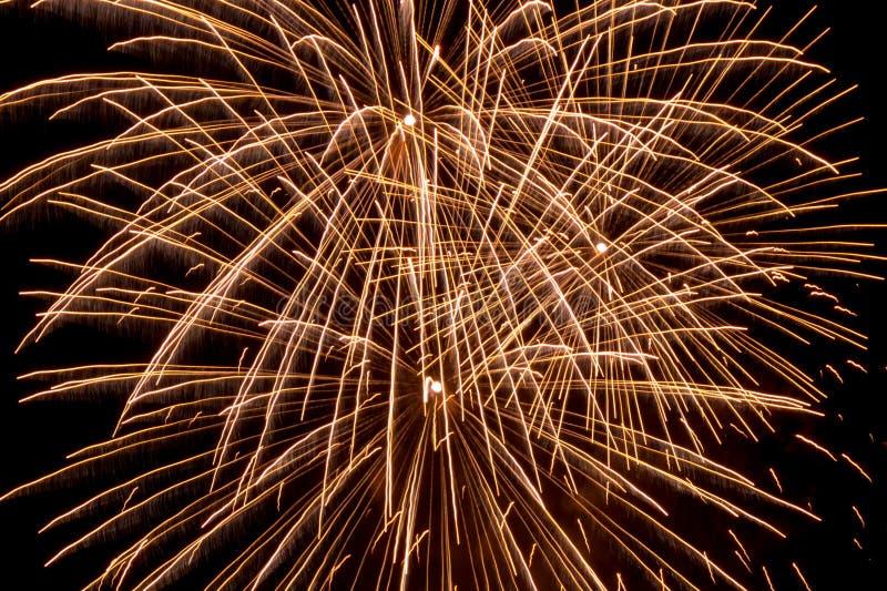 Fugas do fogo de artifício no céu imagem de stock royalty free