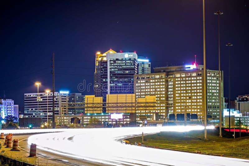 Fugas do tráfego da skyline e da estrada da cidade de Birmingham Alabama fotografia de stock