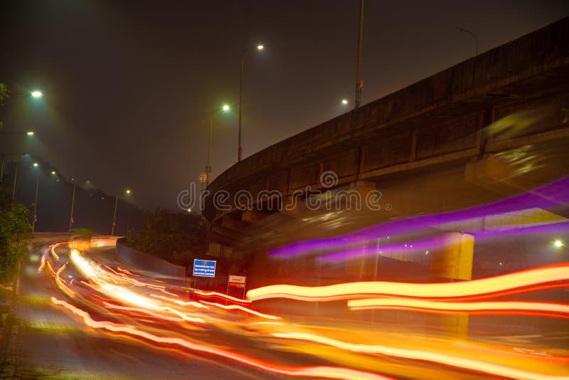 Fugas longas da exposição da estrada da noite foto de stock royalty free
