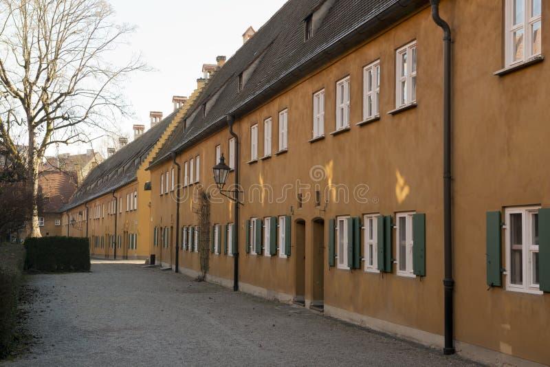 Fuggerei in Augsburg stockbilder