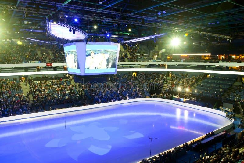 Fugure有观众的滑冰和曲棍球体育场 免版税库存照片