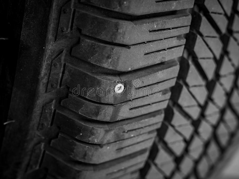 Fuite de clou et de pneu photo stock