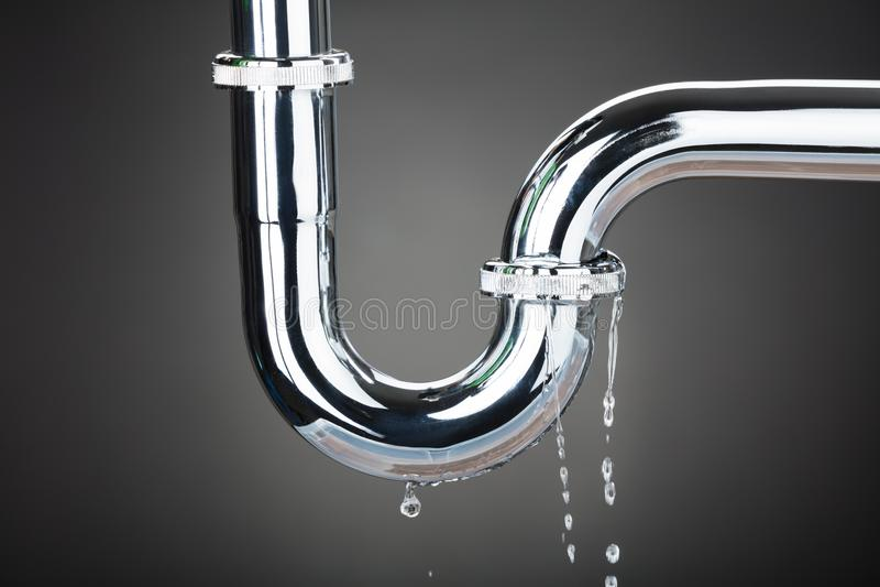 Fuite de l'eau du tuyau photos stock