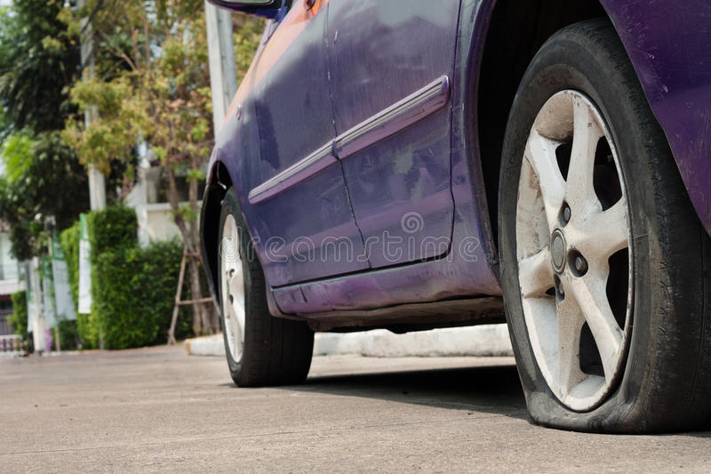 Fuite de pneu de voiture images stock