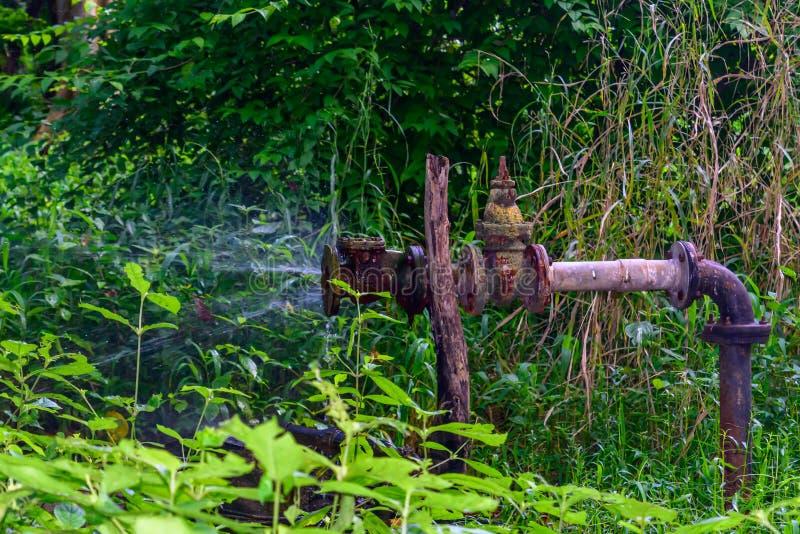 Fuite métallique de conduite d'eau de vieux fer image libre de droits
