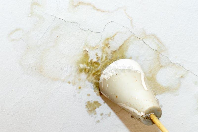Fuites d'eau de pluie sur le plafond en raison du toit endommag? causant le d?labrement, ?pluchant la peinture et moisi photo libre de droits
