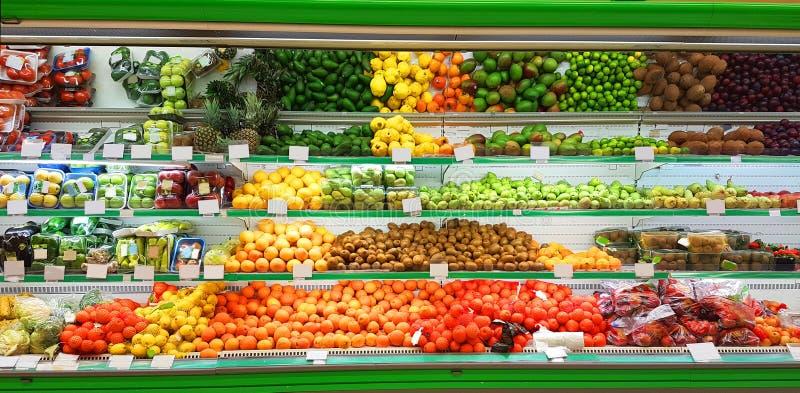 Fuits im Einzelhandelsverkauf des gr?nen Lebensmittelgesch?fts des Supermarkt-Regalgesch?ftes lizenzfreie stockfotografie