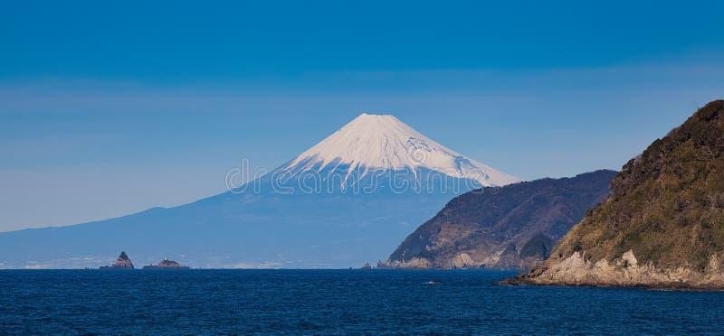 Fuji βουνών και θάλασσα της Ιαπωνίας το χειμώνα στοκ εικόνες