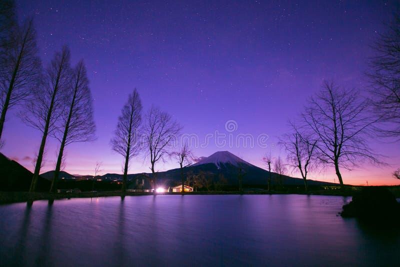 Fuji βουνών στο χρόνο ανατολής από τη στρατοπέδευση fumoto στοκ εικόνες με δικαίωμα ελεύθερης χρήσης