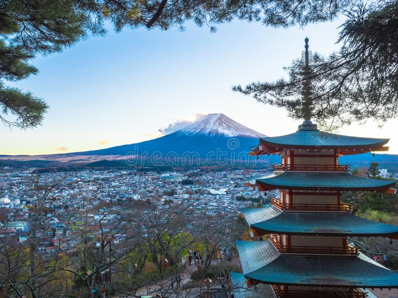 Fuji berg med den röda pagoden i förgrund arkivbild