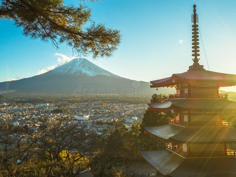 Fuji berg med den röda pagoden i förgrund fotografering för bildbyråer