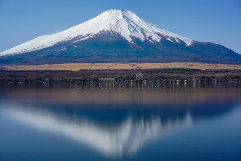 Fuji berg med vattenreflexion royaltyfria foton